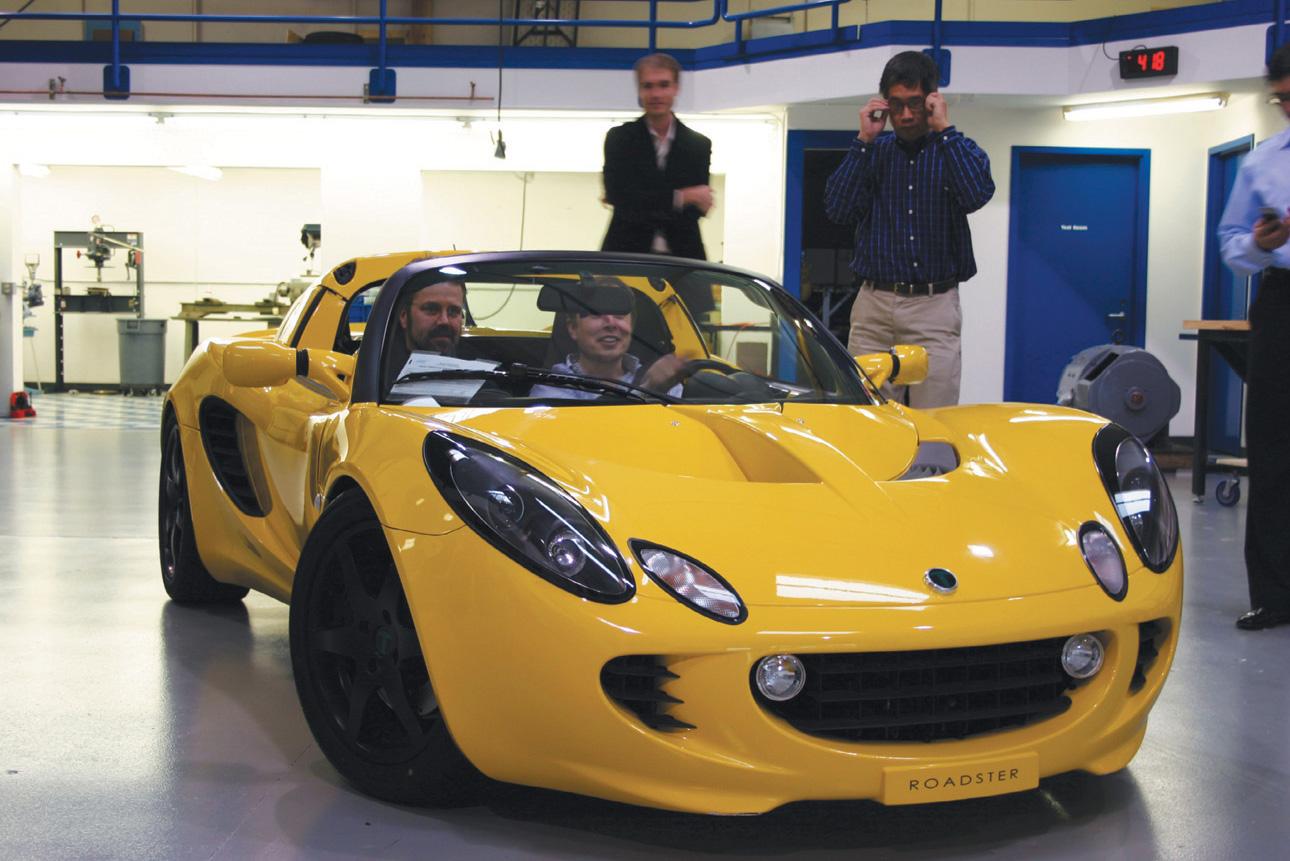"""Musk i Martin Eberhard wyjeżdżają jednym z pierwszych roadsterów na jazdę próbną. Relacje obydwu mężczyzn w kolejnych latach popsuły się. Eberhard złożył pozew przeciwko Muskowi za zniesławienie i złamanie umowy. Tematem pozwu była kwestia określenia, kto ma prawo używać tytułu """"założyciela"""" Tesla Motors (fot. materiały prasowe)"""