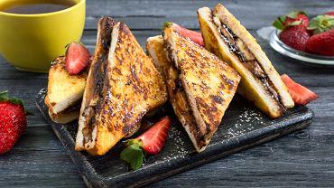 Cynamonowe tosty z czekoladą można podać z owocami