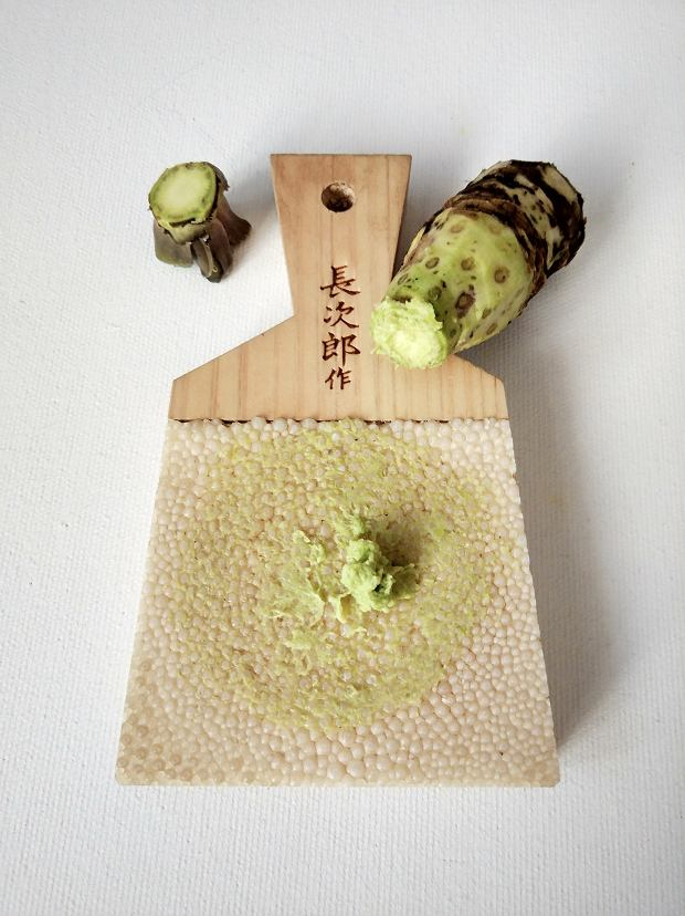 Ścieranie kłączy wasabi Mazuma wymaga bowiem wyjątkowych umiejętności i odpowiedniego sprzętu, m.in. roztarcia kłączy na tarce oroshi (ze skórą rekina)