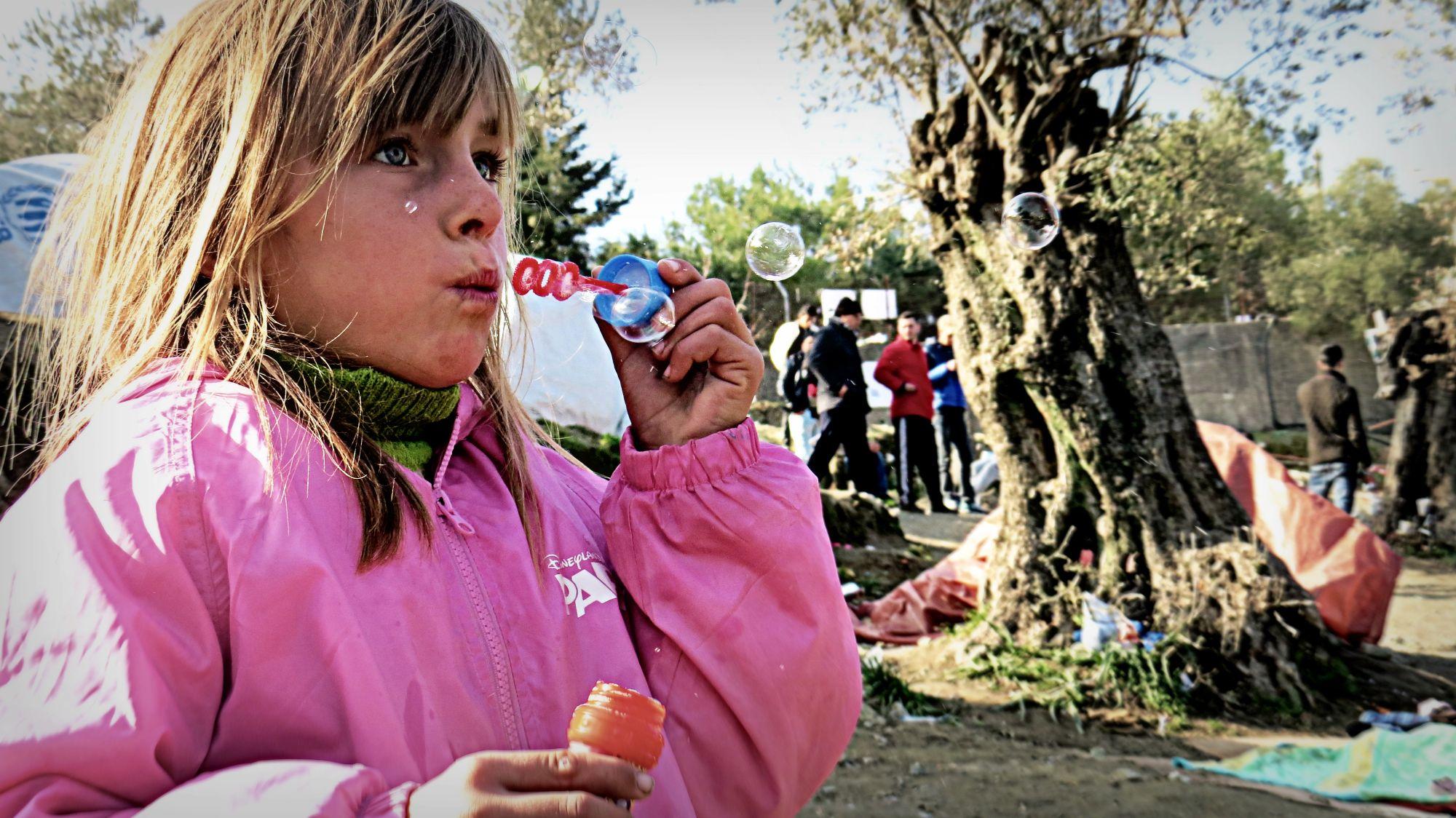Syryjska dziewczynka puszczająca bańki na Afgańskim Wzgórzu (fot. Archiwum prywatne Aleksandry K. Wiśniewskiej)
