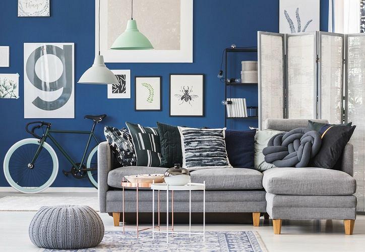 Elegancki salon z niebieskimi ścianami