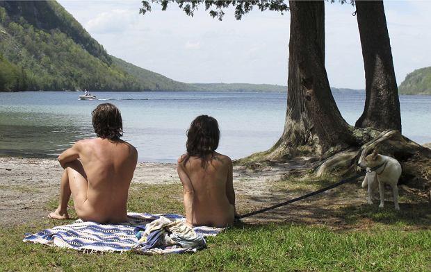 Savoir-vivre na plaży naturystów.