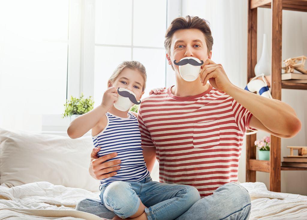 Życzenia dla taty na Dzień Ojca mogą przybierać różną formę, liczy się jednak sama pamięć o tym święcie. Zdjęcie ilustracyjne, Yuganov Konstantin/shutterstock.com