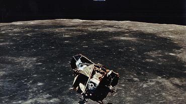 Lądownik księżycowy zbliżający się do powierzchni Księżyca podczas lotu Apollo 11.