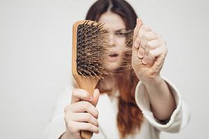 brak żelaza przyczyną wypadania włosów