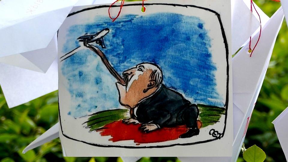 Protest w obronie Romana Protasiewicza pod siedzibą Komisji Europejskiej w Warszawie. Na jednym ze sznurków zawisła karykatura Łukaszenki, na którym wystawia język, łapie nim lecący nad Mińskiem samolot, niczym ropucha polująca na muchę