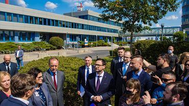 Konferencja prasowa władz Gdańska i pomorskiego samorządu w sprawie połączenia Lotosu z Orlenem. Niespodziewanie pojawił się na niej prezes Orlenu Daniel Obajtek