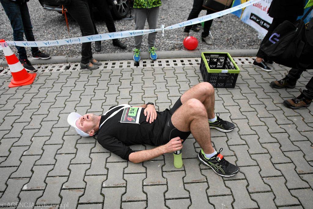Aż 1251 biegaczy ukończyło trasę ostatniego biegu z cyklu 'Dycha do Maratonu', który odbył się w niedzielę. Tym razem najszybszy okazał się Kamil Młynarz z Łęcznowoli. Jemu pokonanie 10 kilometrów zajęło 33 minuty i 4 sekundy. Tuż za nim na mecie zameldował się Bartosz Ceberak z Lubartowa z czasem 33:20, a trzeci był Cezary Bednarz ze Świdnika (czas 34:10). Wśród kobiet zwyciężyła Mariola Stasiewicz z Międzyrzeca Podlaskiego. Jej przebiegnięcie 10 kilometrów zajęło 38 minut i 24 sekundy. Druga była Kinga Kacuga z Bałtowa (39:12), a trzecia Anna Humin z Krasnegostawu (41:20). Biegacze wystartowali o godzinie 11 sprzed hali Targów Lublin, a trasa niedzielnego biegu po raz pierwszy prowadziła m.in. przez dzielnicę Dziesiąta. Można ich było spotkać na ul. Kunickiego, Zemborzyckiej, Kruczkowskiego, Smoluchowskiego, Wrotkowskiej czy Krochmalnej. Niedzielny bieg był już ostatnim etapem przygotowań do czwartego Maratonu Lubelskiego, który odbędzie się 8 maja. Jego trasę poznamy w najbliższy czwartek.