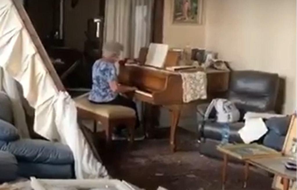 79-letnia May Abboud Melki gra na fortepianie w zniszczonym domu w Bejrucie.