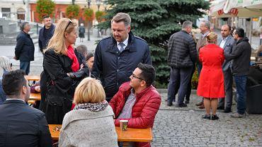 Hanna Zdanowska, która większością głosów wygrała wybory w Łodzi, przyjechała poprzeć Jarosława Klimaszewskiego, kandydata Koalicji Obywatelskiej na prezydenta Bielska-Białej, który w drugiej turze walczyć będzie o to stanowisko z  Przemysławem Drabkiem z Prawa i Sprawiedliwości. Spotkanie ze Zdanowską odbyło się na bielskim Rynku. Mówiła o tym, że demokracja zaczyna się w samorządzie, że to bardzo ważne wybory. W środę wesprzeć Klimaszewskiego przyjedzie Rafał Trzaskowski, zwycięzca wyborów prezydenckich w Warszawie.