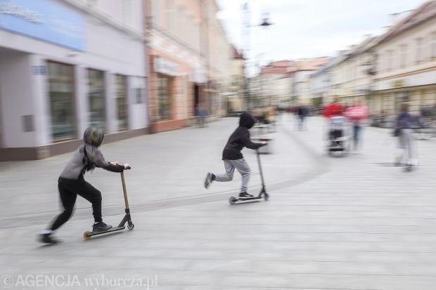 l24.04.2019 Rzeszow , ul 3 Maja . Dzieci na hulajnogach na deptaku . Fot. Patryk Ogorzalek / Agencja Gazeta