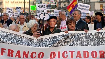 Demonstranci na ulicach Madrytu sprzeciwiający się   pochówkowi gen. Francisco Franco w katedrze Almudena. Napis na bannerze głosi: 'Franco dyktator'. Madryt, 25 października 2018 r.