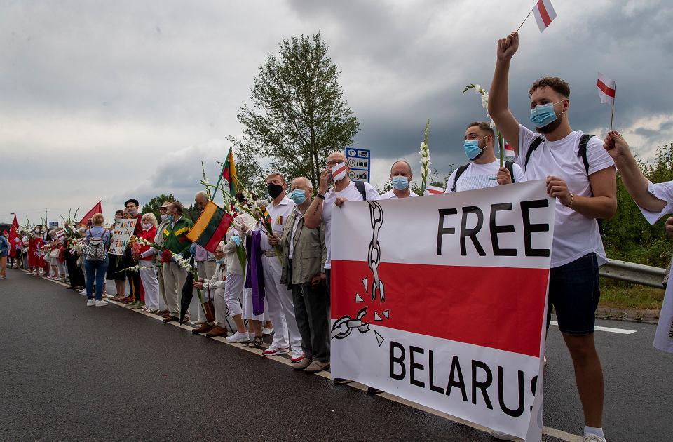 Litwini utworzyli łańcuch wolności od Wilna do granicy z Białorusią wyrażając w ten sposób poparcie dla Białorusinów,  23 sierpnia 2020.