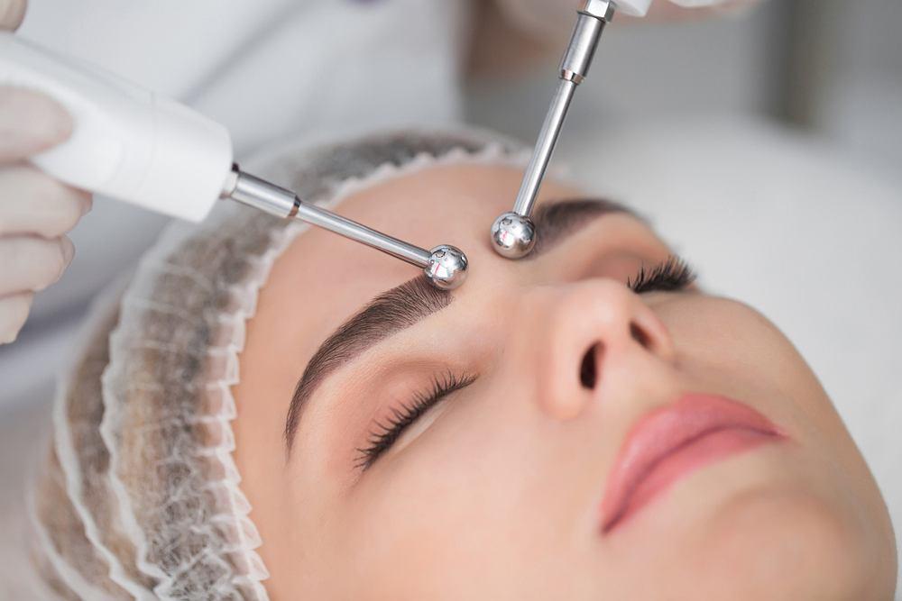 Galwanizacja jest wliczana do zabiegów z rodzaju elektroterapii. Jak sama nazwa wskazuje, leczenie odbywa się tutaj przy pomocy prądów, które przepływają przez ciało