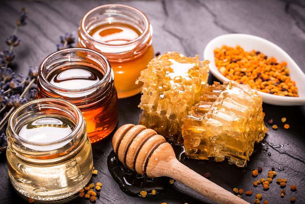 Istnieje kilka rodzajów miodu, różnią się one właściwościami i smakiem. Zdjęcie ilustracyjne