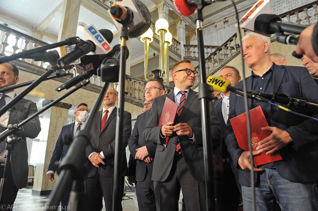 Wiceminister aktywów państwowych Artur Soboń (z lewej) i przewodniczący zarządu Regionu Śląsko - Dąbrowskiego NSZZ 'Solidarność' Dominik Kolorz