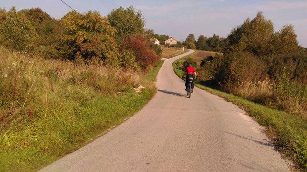 wiejska droga w świętokrzyskim. Tutaj będzie przebiegał szlak Green Velo