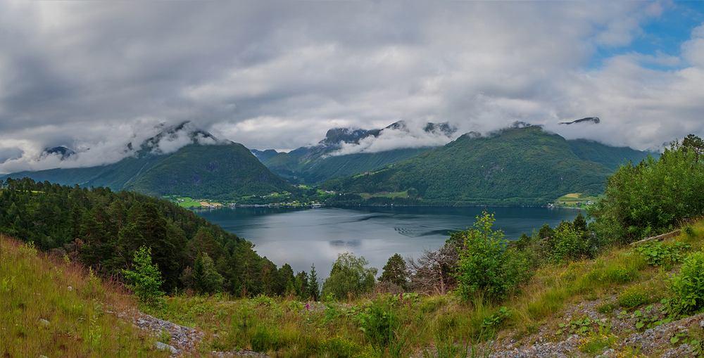 Najgłębsze jezioro w Europie, czyli polodowcowe jezioro Hornindalsvatnet. Zdjęcie ilustracyjne