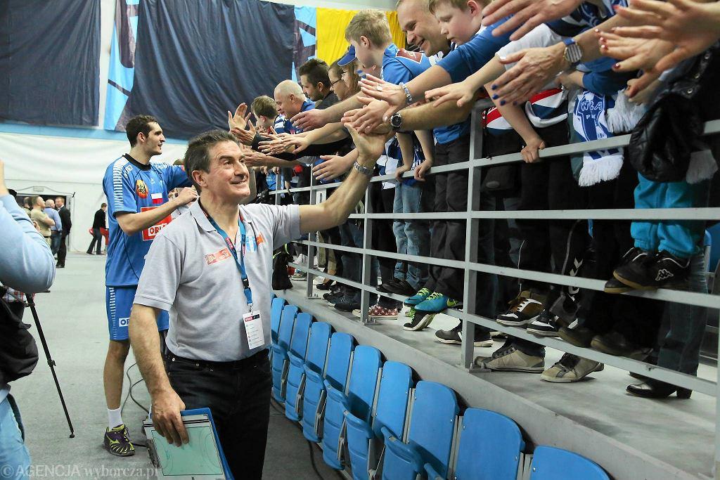 Płoccy zawodnicy i trenerzy odbierają gratulacje po meczu z Veszprem od fanów