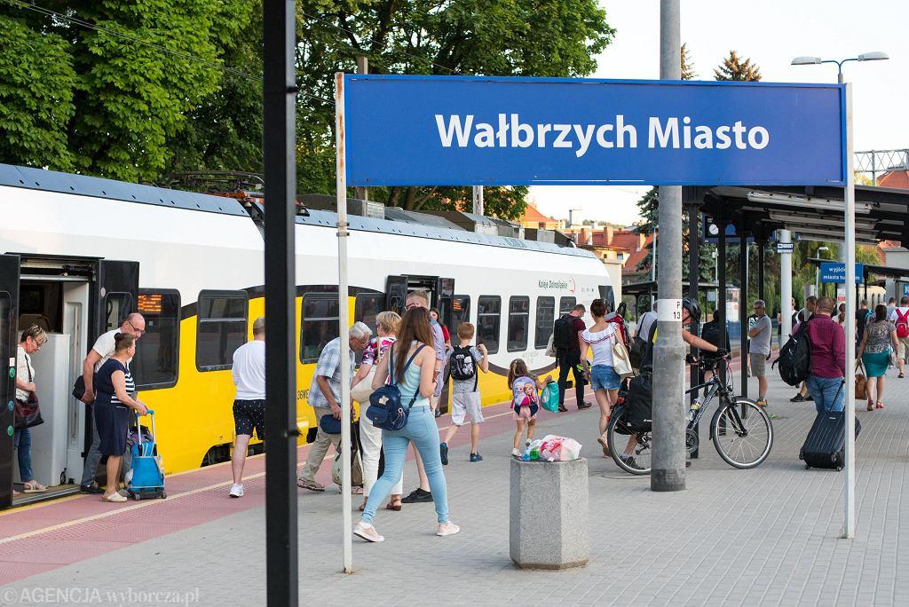 W Wałbrzychu specjalne linie autobusowe dowożą pasażerów na stacje kolejowe
