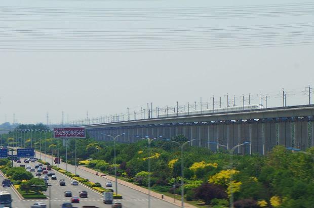 Tysiące kilometrów linii dla szybkich pociągów buduje się w Chinach na estakadach