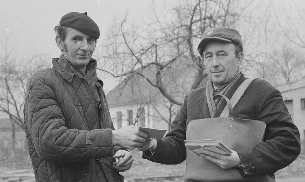 Listonosz Stanisław Markowski dostarcza korespondencję mieszkańcowi wsi, 1971 r.