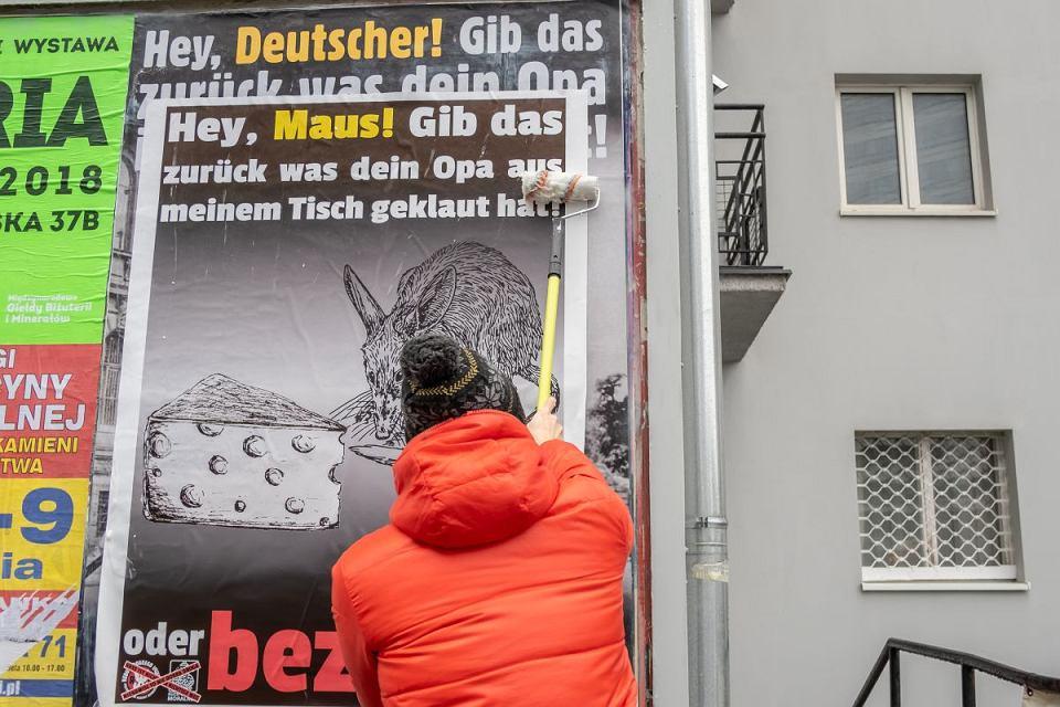 Zdjęcie numer 1 w galerii - Aktywiści zakleili antyniemieckie plakaty.