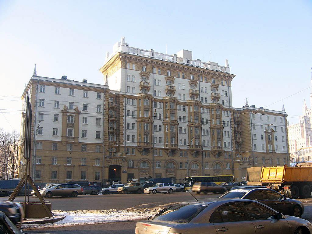 Budynek starej ambasady USA w Moskwie. Przez dwie dekady był wystawiony na promieniowanie mikrofalowe, emitowane przez Rosjan w nieznanym celu