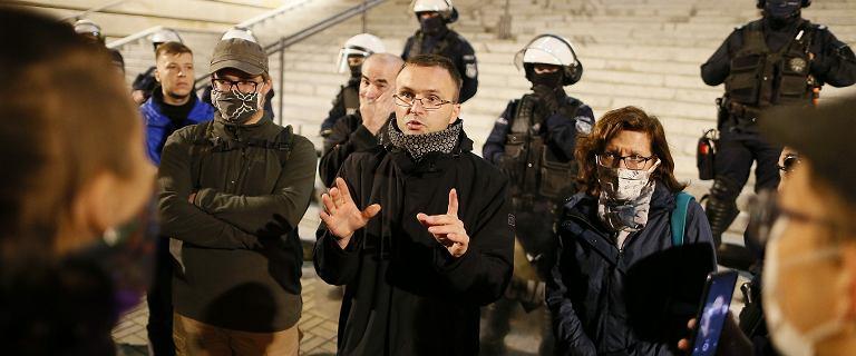 """W Katowicach ksiądz rozmawiał z protestującymi. """"Też jestem przeciwko PiS"""""""