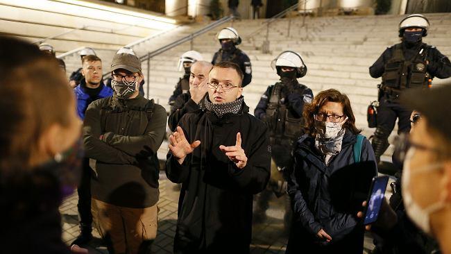Protest w Katowicach. Ksiądz rozmawiał ze strajkującymi. Nagle pada: Ja też jestem przeciwko PiS-owi