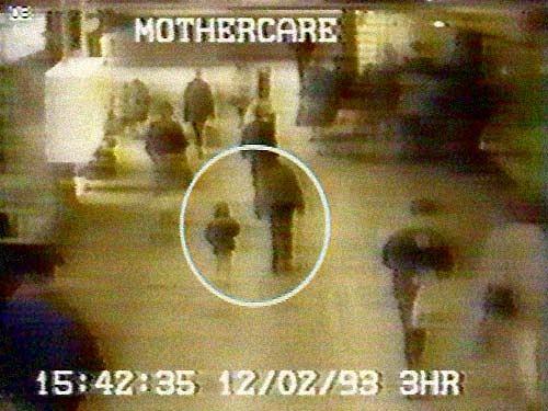 Nagranie z monitoringu centrum handlowego. Chłopcy wyprowadzają Jamesa Bulgera