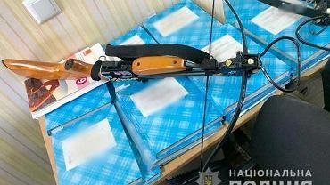 Ukraina. Wtargnęła do szkoły i strzelała z kuszy. 19-latka raniła dwoje nauczycieli