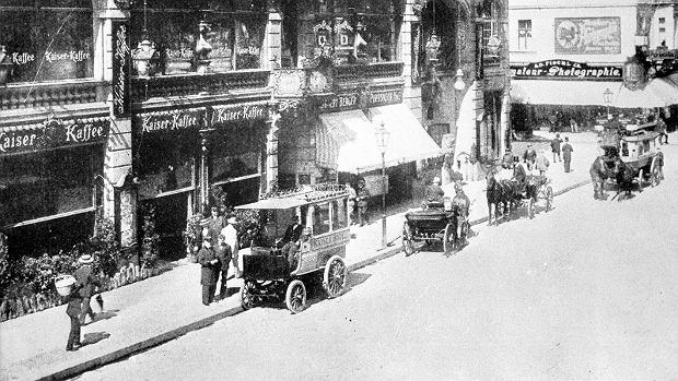Rok 1900. Elektryczny bus czeka na pasażerów pod hotelem Kaiser na Friedrichstrasse w Berlinie