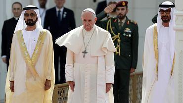 4.02.2019, Abu Zabi, Zjednoczone Emiraty Arabskie, papież Franciszek w towarzystwie premiera ZEA szejka Muhammada ibn Raszida al-Maktuma i następcy tronu Muhammada ibn Zajida al-Nahajjana (po prawej) podczas oficjalnego powitania w pałacu prezydenckim.