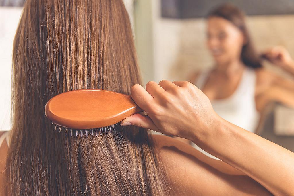 Lśniące włosy, promienna skóra i mocne paznokcie jesienią oraz zimą? To możliwe! Sprawdź, jak o nie zadbać, nie tylko od zewnątrz (zdjęcie ilustracyjne)