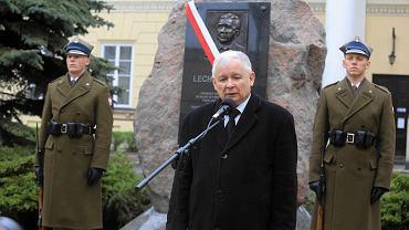 Jarosław Kaczyński podczas odsłonięcia tablicy pamiątkowej poświęconej śp. Lechowi Kaczyńskiemu