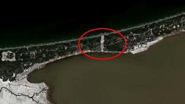 Mierzeja Wiślana. Wycięty pas drzew widoczny jest z satelity