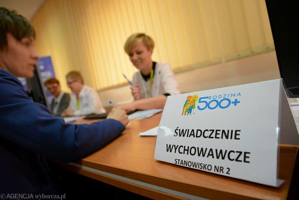 Składanie wniosków o 500 plus - zdjęcie ilustracyjne/Fot. Franciszek Mazur / Agencja Gazeta