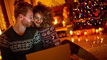 Świąteczne filmy romantyczne to przepis na udany wieczór we dwoje. Zdjęcie ilustracyjne