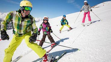 Na narty dziecko warto ubrać w jaskrawe kolory - łatwiej je wtedy znaleźć na stoku