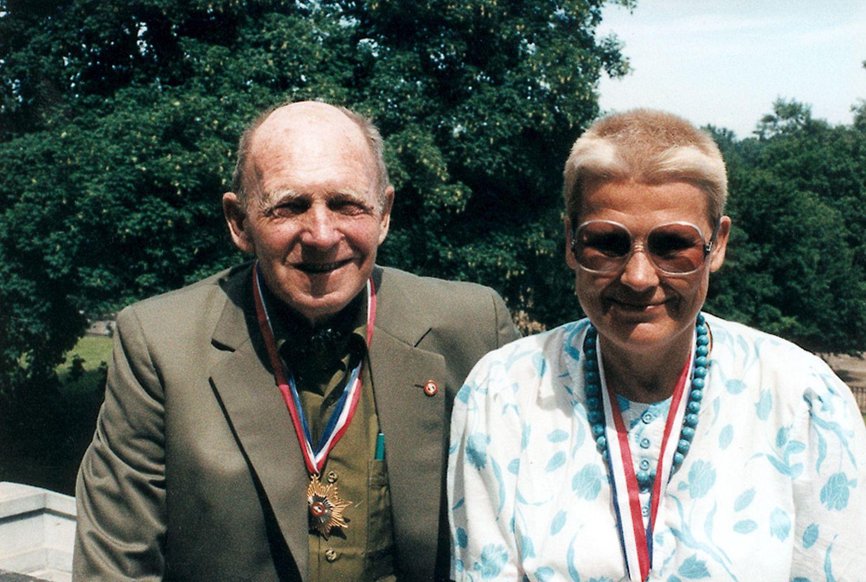 Tony Halik i Elżbieta Dzikowska (fot. Archiwum Elżbiety Dzikowskiej / Wikimedia Commons)