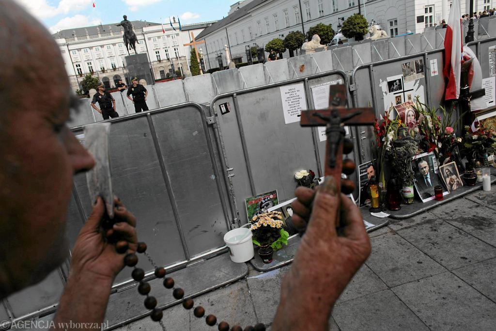 Obrońcy Krzyża pod Pałacem Prezydenckim, sierpień 2010