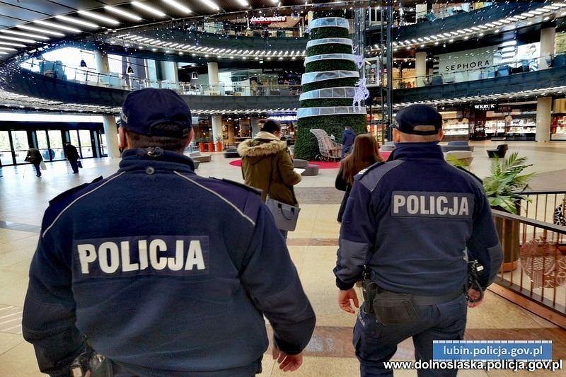 Epidemia koronawirusa. Policja kontroluje przestrzeganie obostrzeń w galeriach handlowych