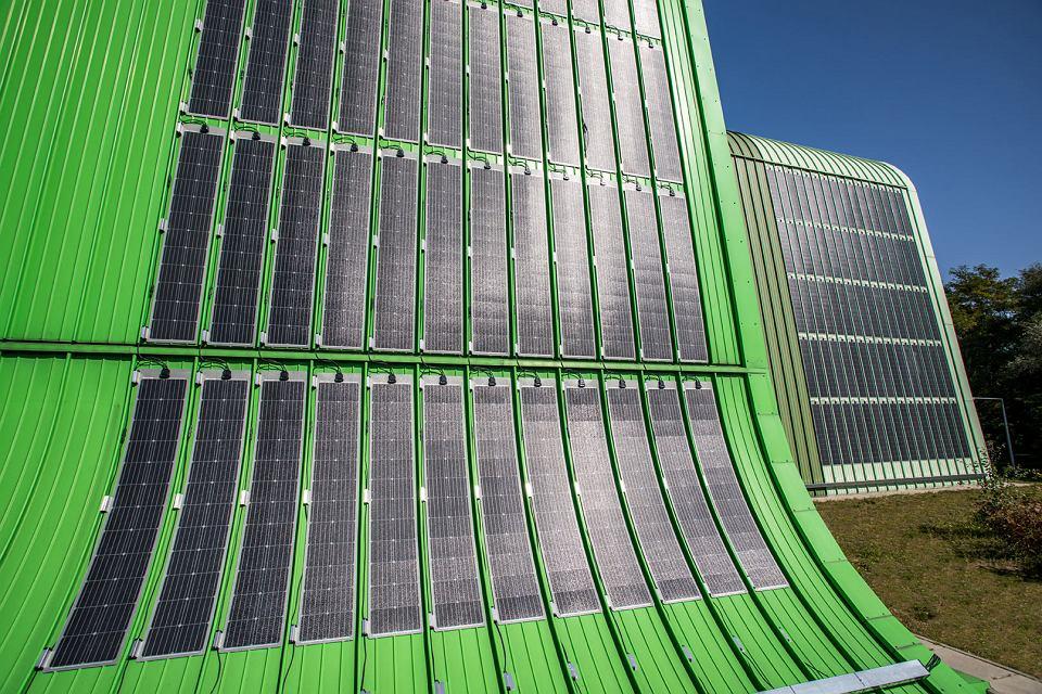 Nowoczesne, elastyczne panele fotowoltaiczne na elewacji Ekospalarni Kraków
