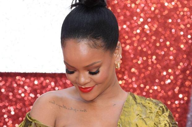 """Rihanna pojawiła się ostatnio w Londynie na premierze filmu """"Ocean's Eight"""". Wszyscy wpatrywali się w dekolt gwiazdy. Powód? Suknia niemalże zsunęła się z piersi gwiazdy."""