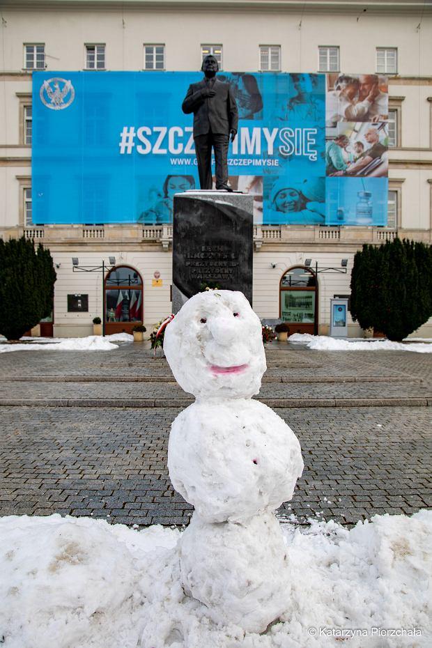 Bałwan przez pomnikiem Lecha Kaczyńskiego