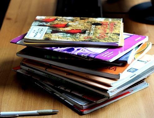 Stare podręczniki - szkoła nie odbiera, nikt nie chce, więc oddajemy na makulaturę.