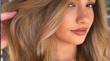 Miodowy blond, czyli najmodniejsza koloryzacja włosów. Odmładza i jest bardzo stylowa