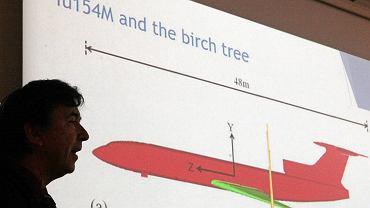 Wiesław Binienda na tle slajdu z prezentacji dot. katastrofy smoleńskiej