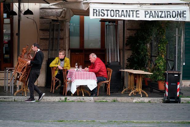 'Włosi przyzwyczajeni są do jedzenia na mieście'. Obecnie lokale świecą pustkami.